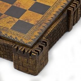 Scacchiera Contenitore Castello Medievale in alabastro e resina e similpelle marrone con dettagli dipinti a mano