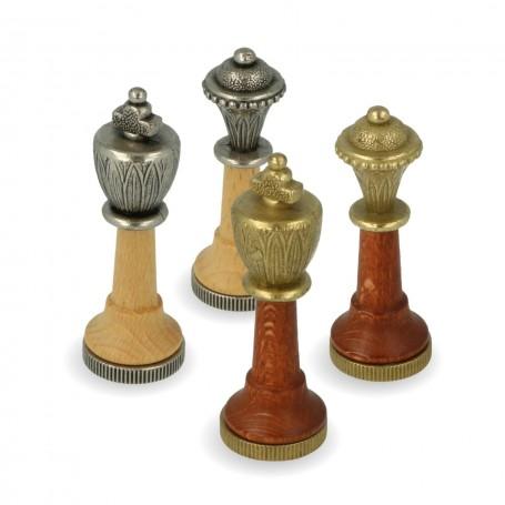 Scacchi classici modello Staunton in metallo zama e legno di acero, rifiniti a mano.