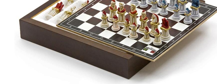 Scacchi e scacchiera completi in legno e alabastro pitturati a mano
