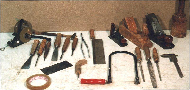 Tra gli attrezzi più utilizzati troviamo infine: cutter, matita, seghetto da traforo, archetto, pialla, pressa.